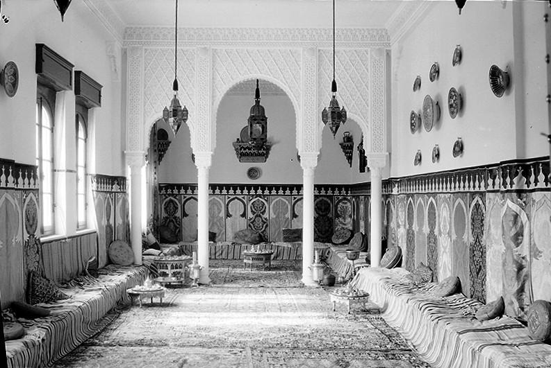 Salón árabe reservado para visitas ilustres y sede de la redacción de la revista Al-Ittihad<br/>Gelatina de plata / Silver gelatin