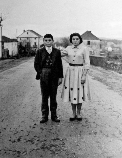 Mari Nieves y su hermano, 1958<br/>Gelatina bromuro de plata virado al selenio sobre papel baritado / Silver gelatin on baryta paper