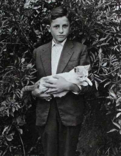 Niño con gato, 1958<br/>Gelatina bromuro de plata virado al selenio sobre papel baritado / Silver gelatin on baryta paper