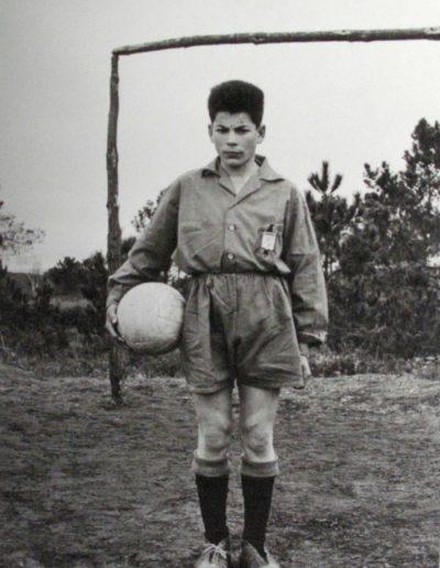 O futbolista. Soutelo de Montes, 1962<br/>Gelatina bromuro de plata virado al selenio sobre papel baritado / Silver gelatin on baryta paper