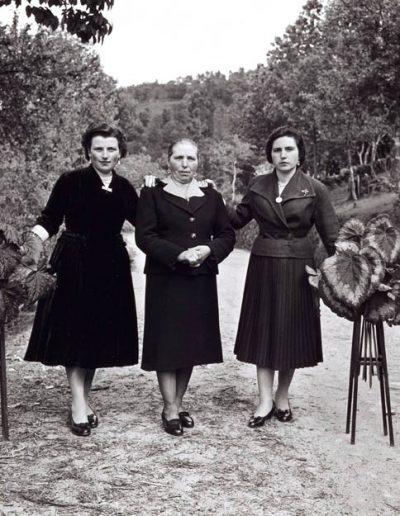 Tres mujeres. Barro de Haren, 1958<br/>Gelatina bromuro de plata virado al selenio sobre papel baritado / Silver gelatin on baryta paper