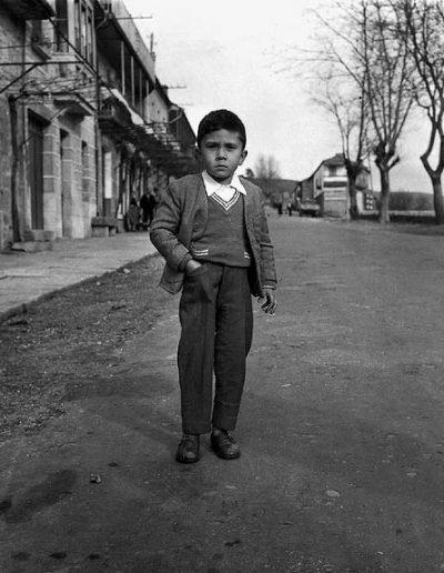 Niño en la carretera, Cerdero, 1958<br/>Gelatina bromuro de plata virado al selenio sobre papel baritado / Silver gelatin on baryta paper