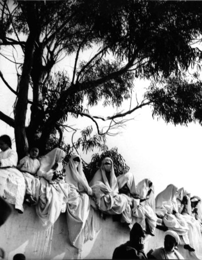 Nicolás Muller. Mujeres sobre muro. Tánger, 1942<br/>Gelatina de plata