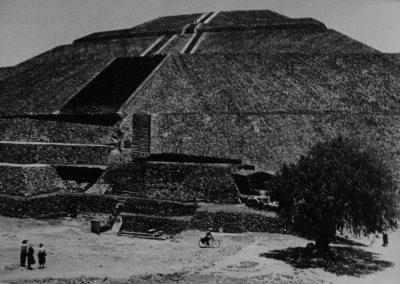 Pirámide de Teotihuacan, 1964<br/>Gelatina al clorobromuro de plata con tratamiento de archivo al selenio / Silver gelatine with archival selenium treatment