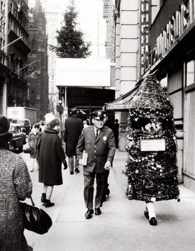 Francisco Ontañón. Árbol de navidad andante. Nueva York, 1963<br/>Gelatina de plata sobre papel baritado / Gelatin silver on baryta paper