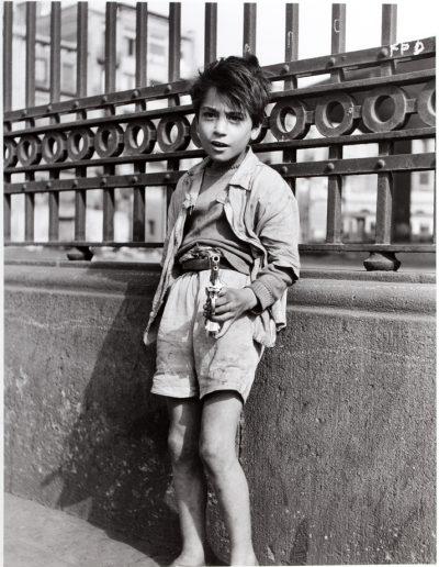 Francisco Ontañón. Niño con pistola. Barcelona, 1959<br/>Gelatina de plata sobre papel baritado / Gelatin silver on baryta paper