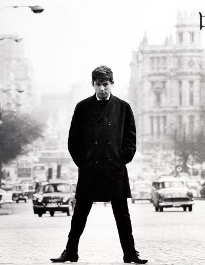 Francisco Ontañón. Raphael en la Gran Vía. Madrid, 1965<br/>Gelatina de plata sobre papel baritado / Gelatin silver on baryta paper